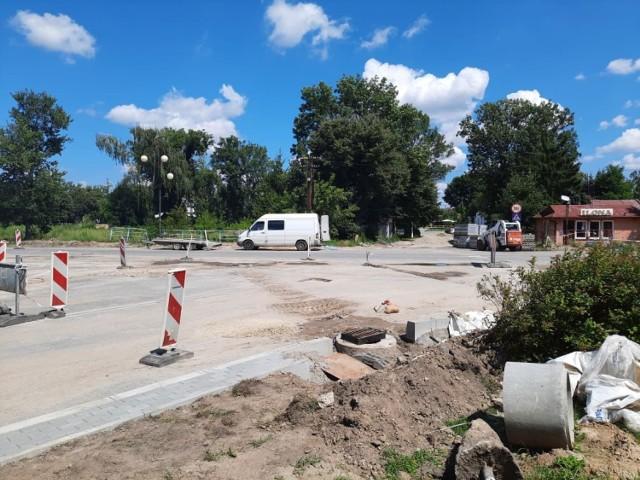 W Jędrzejowie trwa budowa ronda na skrzyżowaniu ulic 11 listopada, Dmowskiego i Parkowej. Za chwilę ruszą prace na Klasztornej.