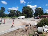 W Jędrzejowie trwa budowa ronda na skrzyżowaniu ulic 11 listopada, Dmowskiego i Parkowej. Za chwilę ruszą prace na Klasztornej (ZDJĘCIA)