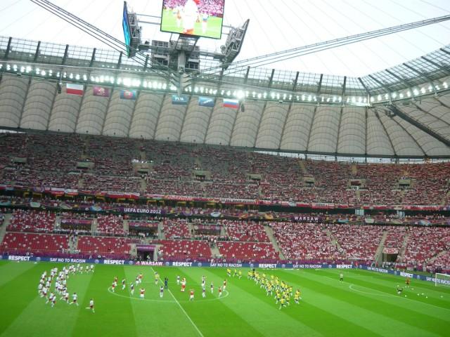 Widok wnętrza Stadionu Narodowego z tarasu dla niepełnosprawnych