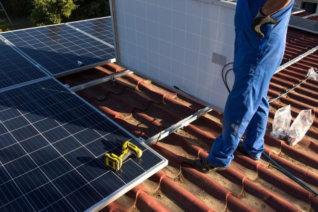 Fotowoltaika montowana na domach pozwala obniżyć rachunki za energię elektryczną.