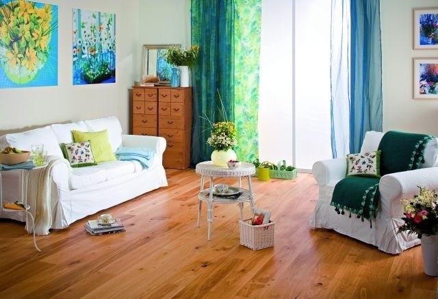 Podłoga z jasnego drewna tworzy nastrój sprzyjający odpoczynkowi.