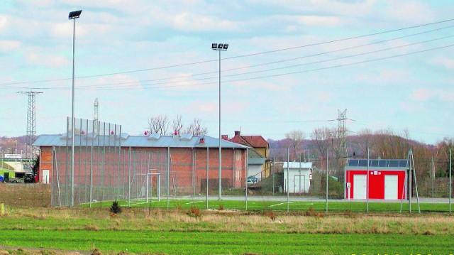 """Mieszkańcy narzekają, że """"Orlik"""" w Wojniczu z powodu przebiegających nad nimi linii elektrycznych jest zamknięty"""