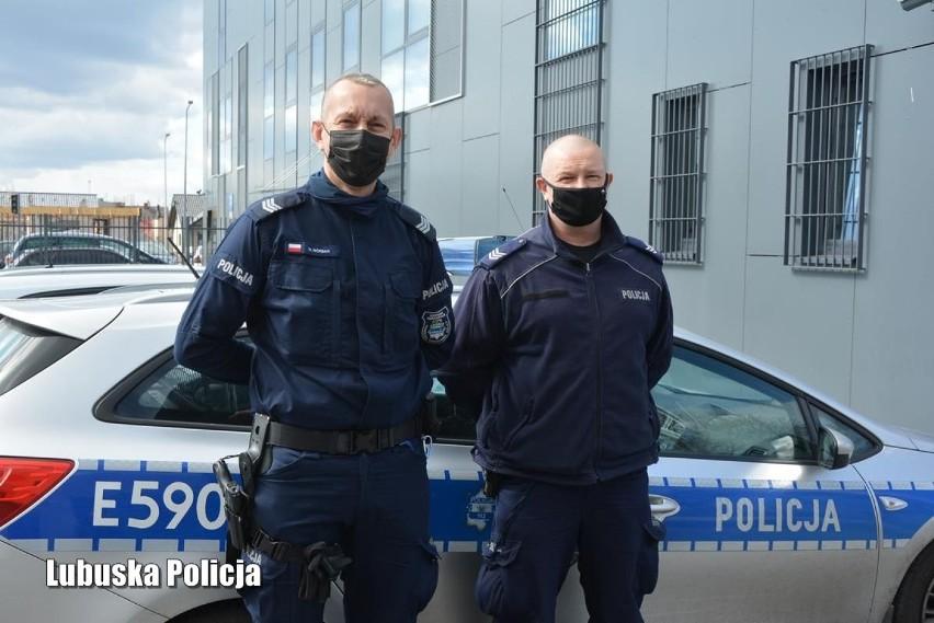 Policjanci z Krosna Odrzańskiego eskortowali mężczyznę do...
