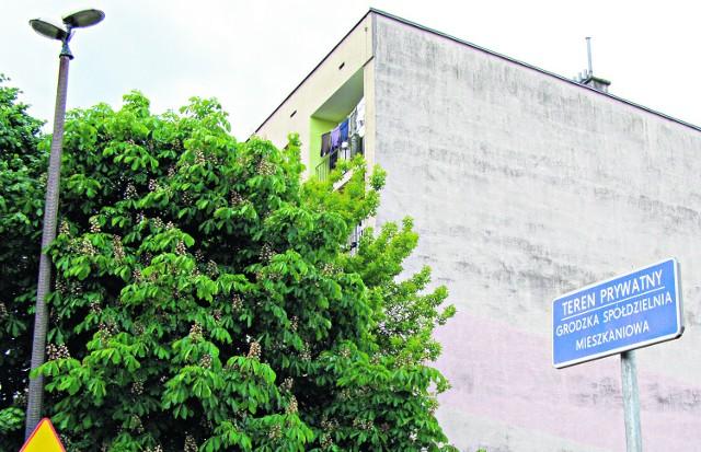 Grodzka Spółdzielnia Mieszkaniowa oznaczyła tabliczkami swoje nieruchomości