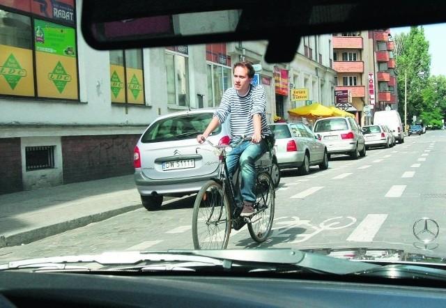 """Cyklista jadący """"pod prąd"""" to wciąż zaskoczenie dla szofera"""