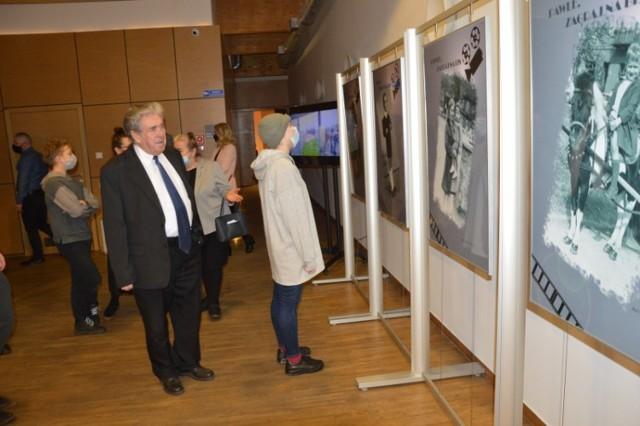 """Wystawę """"Pawle, zagraj na bis"""" oglądać można w zduńskowolskim Ratuszu. Ze wzruszeniem odberali ją najbliżsi aktora"""