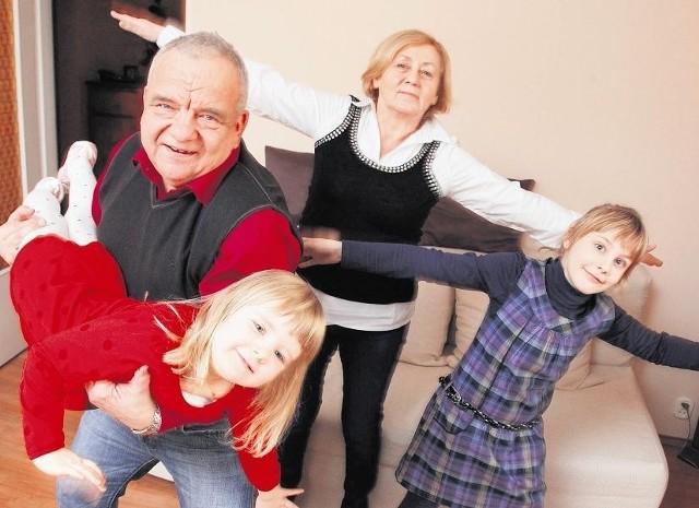 Jagienka i Sonia z babcią Marią i dziadkiem Benedyktem. - Wnuczki  dodają nam energii - mówią dziadkowie