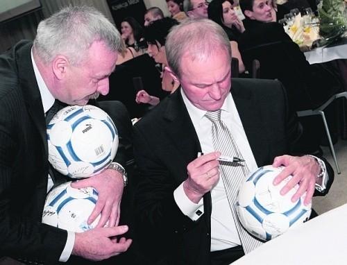Prezes RSP Kruszewnia Kazimierz Dworczak, piłki z podpisami zwycięzców plebiscytu przeznaczył na WOŚP