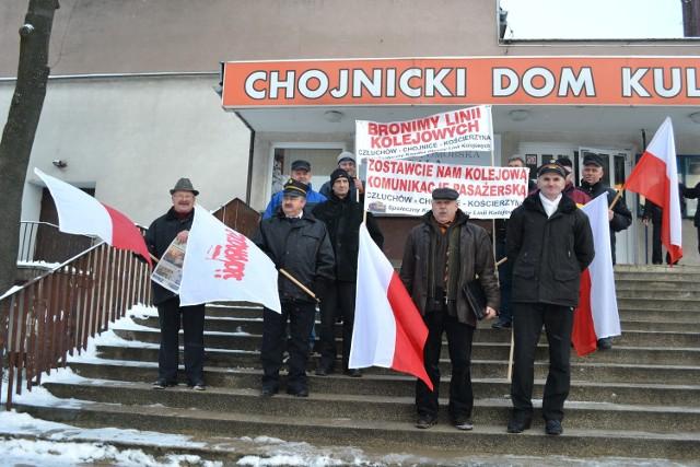 Przedstawiciele Społecznego Komitetu Obrony Kolei pikietowali kilkanaście dni temu broniąc w ten sposób linii kolejowych Chojnice – Szczecinek i Chojnice – Kościerzyna