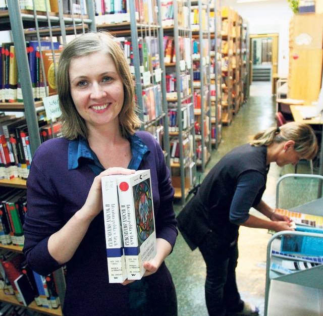 Jadwiga Witek prezentuje, jak oklejone zostały książki