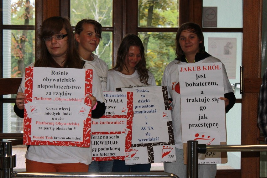 W obronie Jakuba Króla przed sądem w Jastrzębiu-Zdroju demonstrują młodzi ludzie