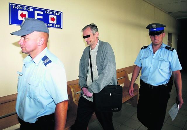 Robert R. w drodze na salę rozpraw krakowskiego sądu. Teraz jest już na wolności