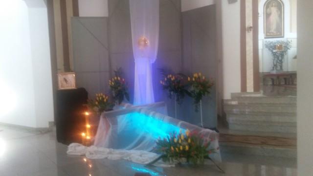 Niezwykle tajemniczo wyglądają w tym roku Groby Pańskie w Starachowickich kościołach. Efektowny wygląd, to zasługa specjalnego światła użytego do podświetlenia delikatnych materiałów okrywających figury Chrystusa.  Zapraszamy do naszej mini galerii grobów z parafii Świętej Trójcy, Wszystkich Świętych i Świętego Judy Tadeusza.  >>> ZOBACZ WIĘCEJ NA KOLEJNYCH ZDJĘCIACH