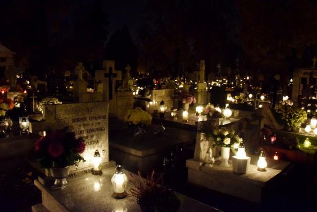 Zabytkowy Cmentarz Miejski na kaliskiej Rogatce nocą