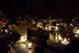 Zabytkowy Cmentarz Miejski na kaliskiej Rogatce nocą [FOTO]