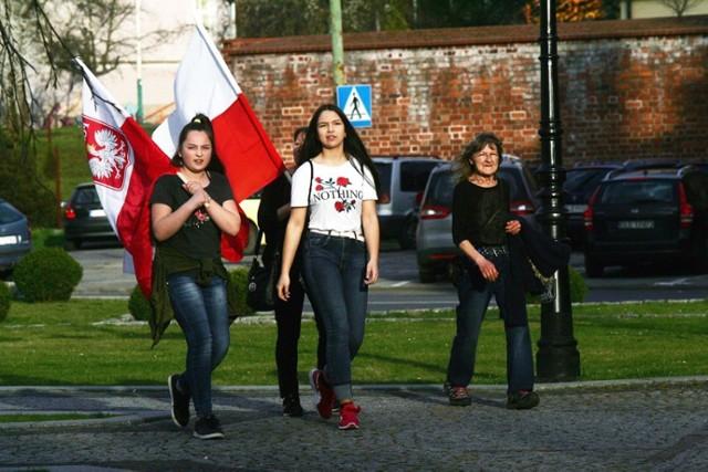 Ósma rocznica katastrofy smoleńskiej, pod pomnikiem Jana Pawła II w Legnicy