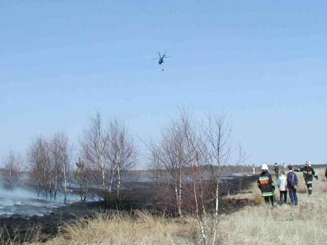 Do gaszenia płonącej trawy sprowadzono helikopter