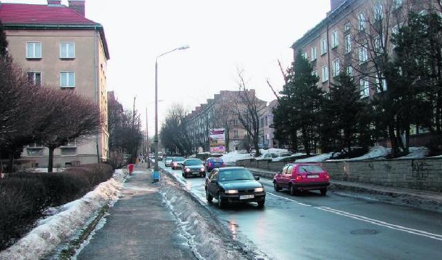 Miejskie plany zakładają takie poszerzenie wjazdu na ulicę PCK, które nie tylko poprowadzi mieszkańcom ruch pod samymi oknami, ale i mocno skomplikuje dotarcie pod blok