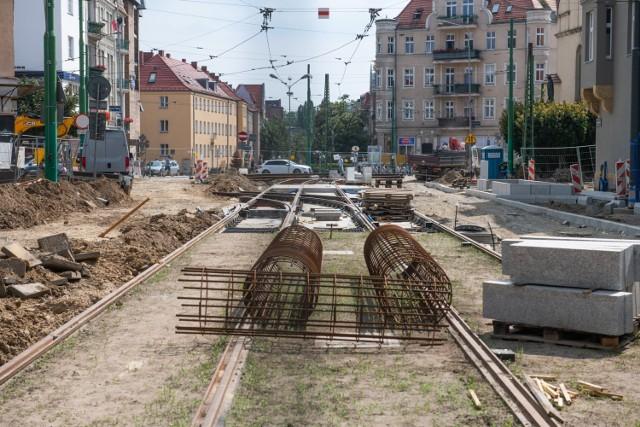 Trwa podzielona na dwa etapy przebudowa torowisk na ulicach Wierzbięcice i 28 Czerwca 1956 r. W pierwszym z nich przebudowywana jest ulica Wierzbięcice. Znajdujące się na niej torowisko ma zostać odseparowane od ruchu samochodowego. Choć prace uległy opóźnieniu, postępy można łatwo zauważyć. Ułożono już sporą część nowego torowiska, przygotowywane są też materiały i miejsce pod budowę jezdni i chodników.  Przejdź do kolejnego zdjęcia --->