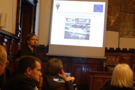 - Dziś podróżni uciekają z dworca, nikt nie chce tam czekać na pociąg, czy autobus - mówił na prezentacji Michał Karpiak (z lewej). FOT. WOJCIECH PIEPIORKA