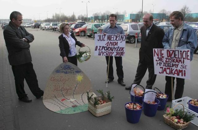 Solidarność z przewodniczącą Wandą Stróżyk zaniosła wczoraj do dyrekcji tyskiego Fiata kosze i wiadra jaj z zapiskami