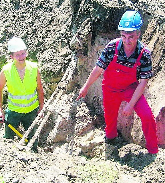 Paweł Pytlak i Zdzisław Wolaniec pracują przy przebudowie ulicy Mickiewicza w Chełmku. To tylko fragment robót jakie prowadzi gmina