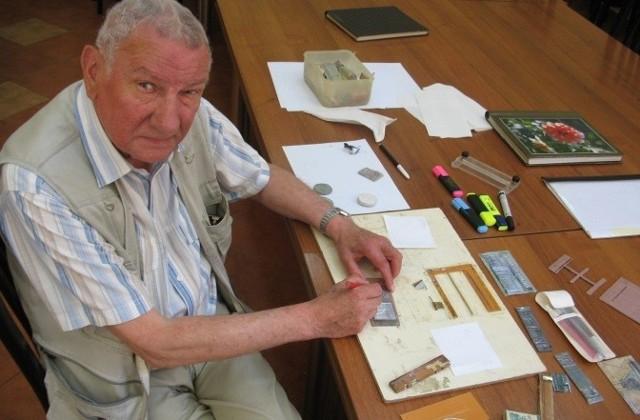 Przekazując do Archiwum Państwowego cenną kolekcję swoich podziemnych znaczków Tadeusz Janukiewicz zaprezentował także w  jaki sposób były one przez niego wykonywane