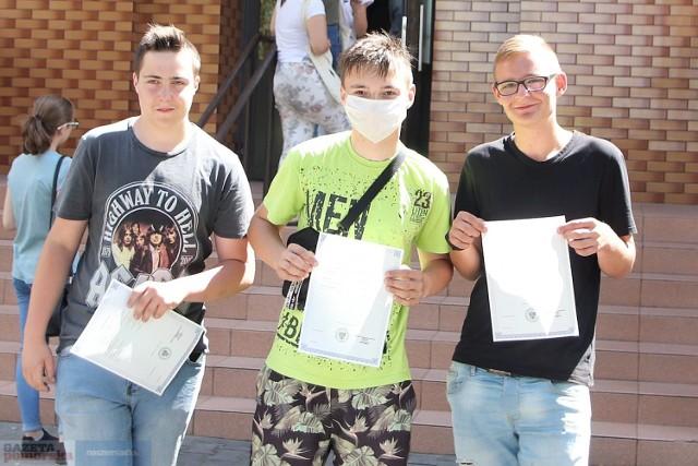 Uczniowie, którzy w piątek 31 lipca odbierali zaświadczenia, by zanieść je do szkół średnich. Na zdjęciach absolwenci Szkoły Podstawowej nr 10 we Włocławku