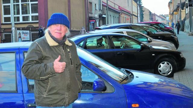 Jacek Trzeciak cieszy się z bezpłatnych parkingów w mieście. Obawia się jednak, że taka zmiana wprowadzi zamieszanie. - Znalezienie wolnego miejsca w centrum będzie graniczyć z cudem - mówi