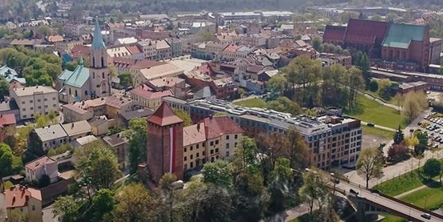 Kadr z filmu promocyjnego, który ma zachęcać do zwiedzania zabytków i innych ciekawych miejsc w Starym Mieście w Oświęcimiu