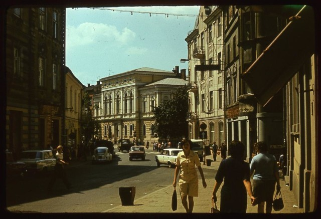 Ulica Wałowa od 30 lat jest deptakiem. Wcześniej odbywał się na niej normalny ruch samochodów
