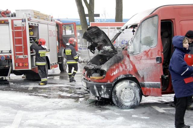 Pożar samochodu na parkingu przed Tesco