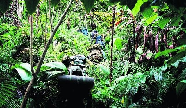 Przeprawa przez dżunglę z całym bagażem na plecach była niezwykle uciążliwa. Musieliśmy przywyknąć do brudu i potu oblepiającego nas w dzień i w nocy