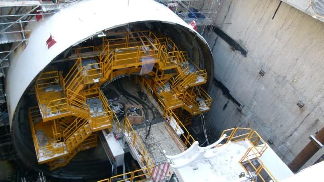 """W piątek, w samo południe rozpocznie się zasadnicza część największej obecnie inwestycji drogowej w Polsce - drążenie tunelu pod cieśniną Świną. Zanim to nastąpi, maszyna drążąca, TBM (Tunel Boring Machine), zwana do tej pory roboczo """"Wielkim Kretem"""", będzie miała nadane imię wymyślone i wybrane przez mieszkańców - Wyspiarka."""