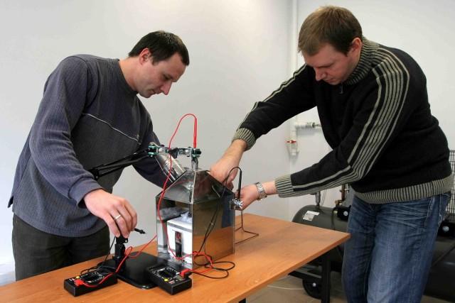 Marcin Kratofil (z lewej) i Andrzej Kacprzak wyprodukowali już prąd z biowęgla