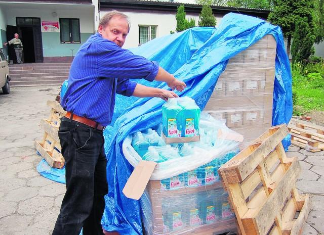 Józef Skórka pokazuje palety załadowane chemią, które lada dzień trafią do powodzian