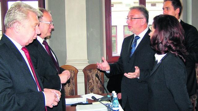 Mimo głosów przeciwnych Ryszard Ścigała (w środku) dostał pozytywną ocenę za wykonanie budżetu. Może dalej rządzić