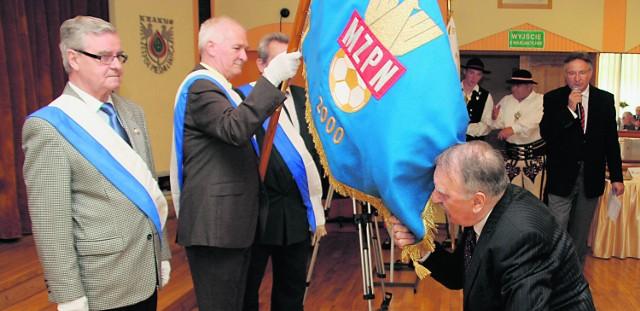 Prezes Małopolskiego Związku Piłki Nożnej, Ryszard Niemiec przyjmuje nowy sztandar związkowy
