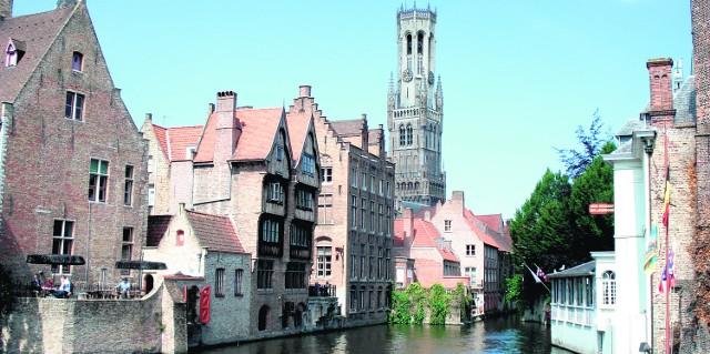 W Brugii warto wynająć łódkę z przewodnikiem i wybrać się w rejs kanałami miasta. Z tej perspektywy gotycka Brugia prezentuje się oszałamiająco