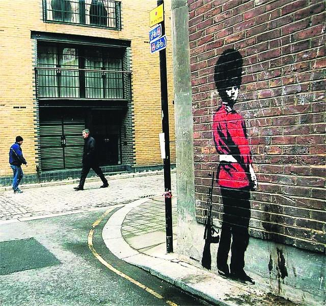 Partyzanckie malunki Banksy'ego wyznaczyły streetartowy kanon ostatnich lat