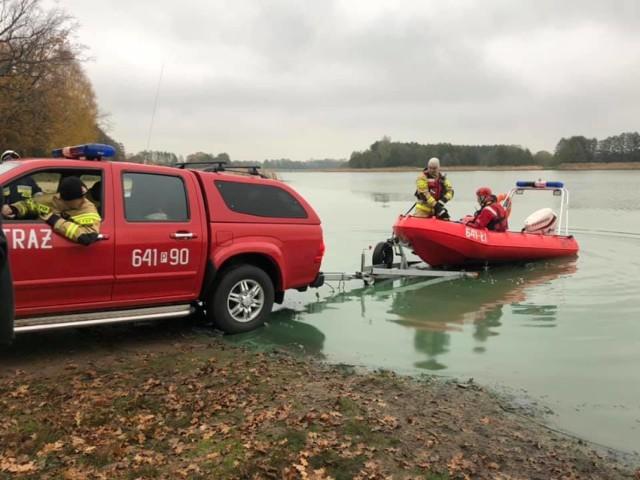 Strażacy z pomocą łodzi określili teren jeziora, na którym znajduje się substancja