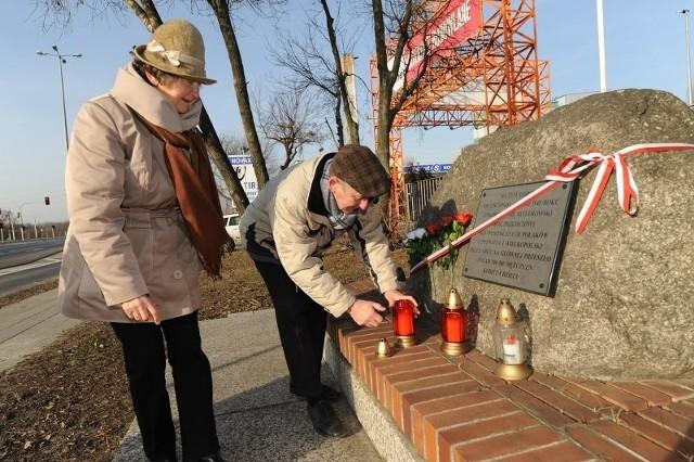 Henryk Walendowski wraz ze swoją swoją siostrą Aleksandrą Bendkowską z Grupy Inicjatywnej Budowy Pomnika Wypędzonych przy głazie z tablicą upamiętniającą Lager Glowna.