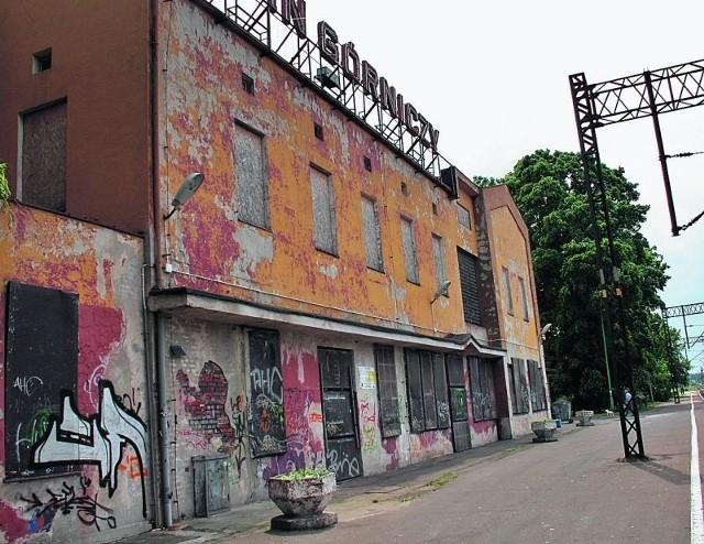Zdewastowany, nieczynny budynek straszy już od kilku lat