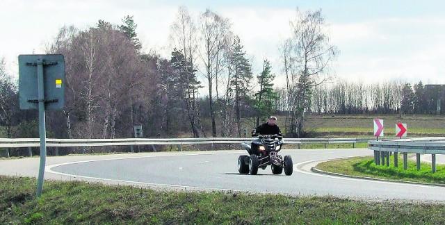 Ten młody właściciel quada za nic ma przepisy ruchu drogowego i jedzie  bez kasku