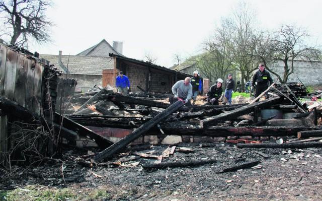 W sprzątaniu pomagają strażacy ochotnicy z Zarzecza
