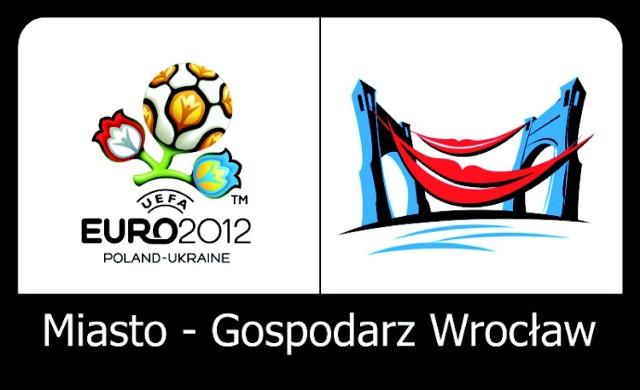 Logo Wrocławia jako gospodarza turnieju. UEFA zastrzegła, że nie można w nim wykorzystać wizerunku stadionu
