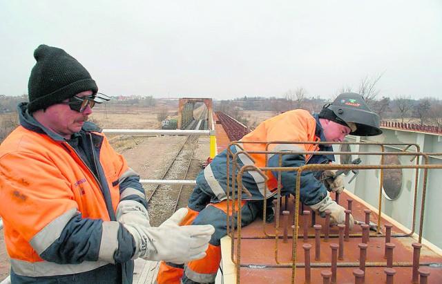 Ważąca 200 ton stalowa konstrukcja nowego mostu kolejowego już czeka na montaż