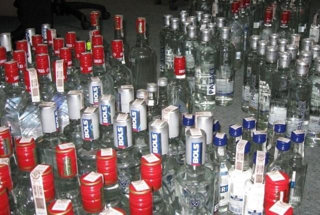 Ponad 100 litrów podrabianej wódki znaleźli celnicy w łódzkim sklepie.