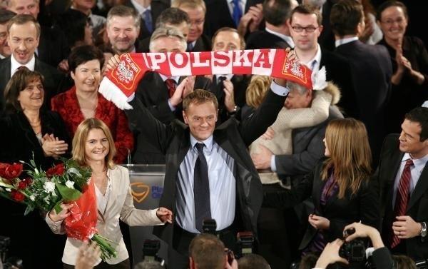 """Tusk jest pierwszym premierem po 1989 r., który ma szansę rządzić drugą kadencję. Gdy Platforma Obywatelska wygrała wybory w 2007 roku, jej lider triumfalnie unosił szalik z napisem """"Polska"""". Czy w niedzielę będzie mógł ten gest powtórzyć?"""