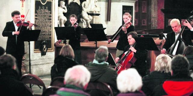 We wtorek muzycy grali mazurki Chopina i Serenadę na smyczki Dvoraka w kościele śś. Piotra i Pawła. Publiczność była zachwycona